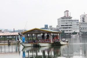屋形船に乗船