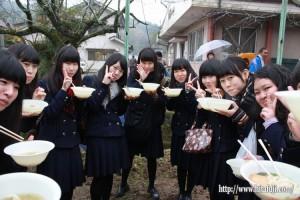 東有田ふるさとまつり25.11.17 三隈高校うどん食べ