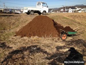 田んぼへ堆肥投入