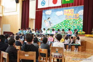 有田小入学式26.4.10 新2年生のピヤニカの演奏