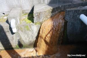 調整池から流れ出す水26.5.1