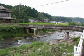 改修工事が待たれる日掛橋