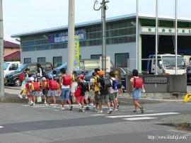通学中の子供達